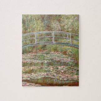 Puente sobre una charca de los lirios de agua puzzle