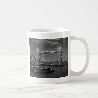 Puente Thames Londres de la torre Taza Básica Blanca