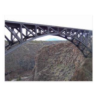 Puente torcido del río postales