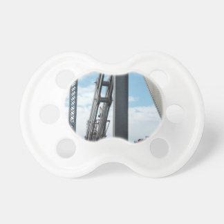 Puente y construcción de la bahía chupetes