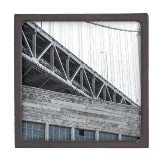 Puente y edificio de la bahía en el embarcadero 26 caja de recuerdo de calidad