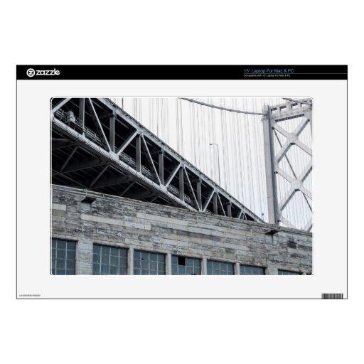 Puente y edificio de la bahía en el embarcadero 26 portátil calcomanía