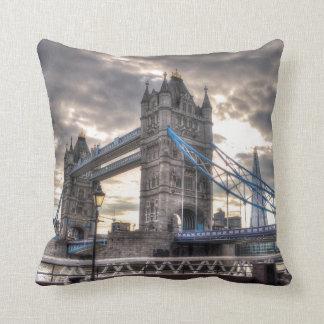 Puente y el casco, Londres, Inglaterra de la torre Cojin