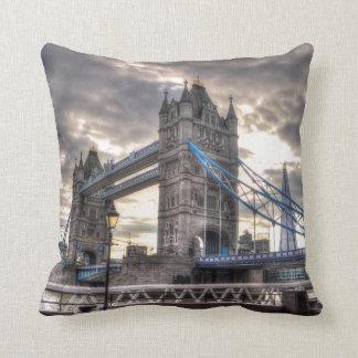 Puente y el casco, Londres, Inglaterra de la torre Almohadas