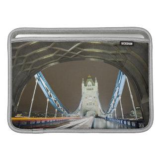 Puente y el río Támesis de la torre en la oscurida Funda Macbook Air