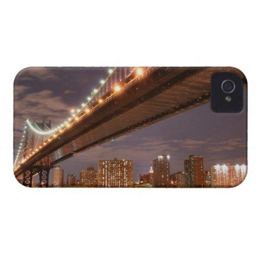 Puente y horizonte de Manhattan en la noche iPhone 4 Fundas