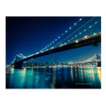 Puente y Lower Manhattan de Brooklyn en la noche Postales