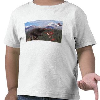 Puerco espín común que alimenta en el alto camisetas