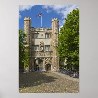 Puerta a la universidad de la trinidad y a las fil póster