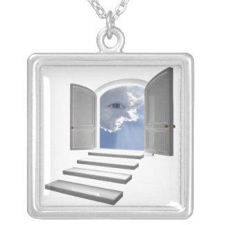 Puerta abierta en un ojo místico colgante cuadrado