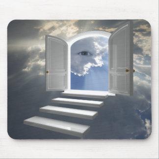 Puerta abierta en un ojo místico mouse pads