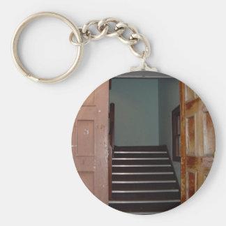 Puerta abierta y escalera a Cameron Pasillo en Uni Llavero