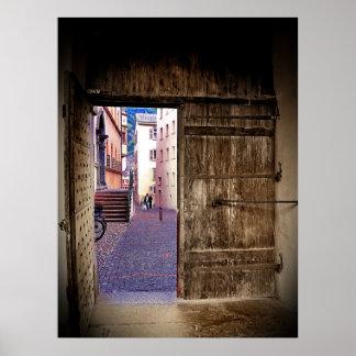 Puerta antigua que se abre en el callejón del guij póster