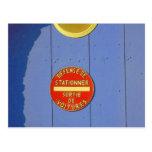 Puerta azul del garaje de la muestra francesa del postal