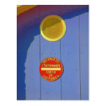 Puerta azul del garaje en muestra del postal
