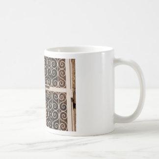 Puerta bloqueada del metal con los modelos taza de café