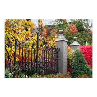 Puerta colorida con las hojas y los árboles en Lou Fotografías