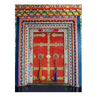 Puerta colorida en el monasterio tibetano postal