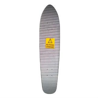 Puerta con la advertencia del peligro encendido tabla de patinar