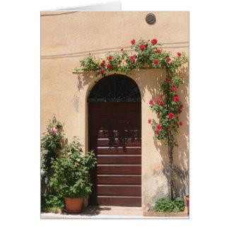 Puerta con la vid del rosa rojo tarjeta de felicitación