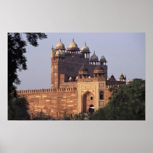 Puerta de Buland Darwaza de la victoria) al Dargah Poster