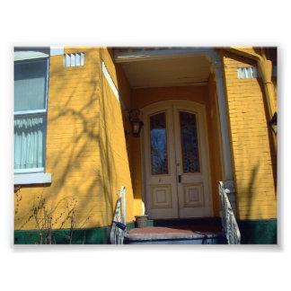 Puerta de entrada a la casa amarilla del Victorian Arte Fotografico