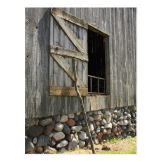 Puerta de granero abierta apoyada postal