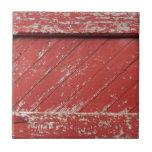 Puerta de granero de madera pintada rojo teja cerámica