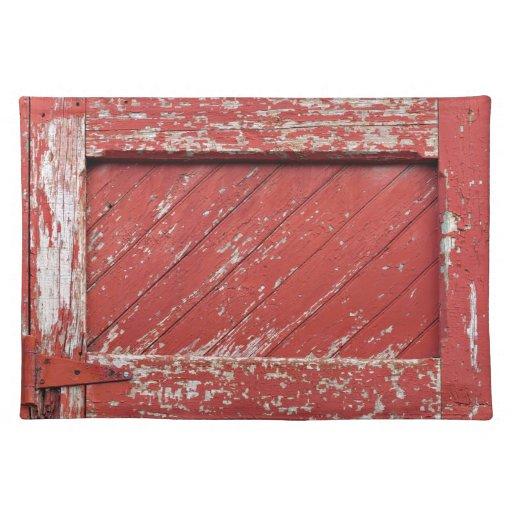 Puerta de granero de madera pintada rojo mantel