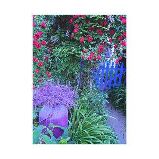 Puerta de jardín con los rosas y glicinias en la f impresiones en lona estiradas