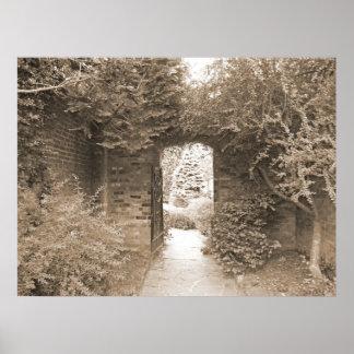 Puerta de jardín emparedada póster