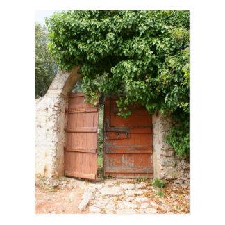 Puerta de jardín secreto postal