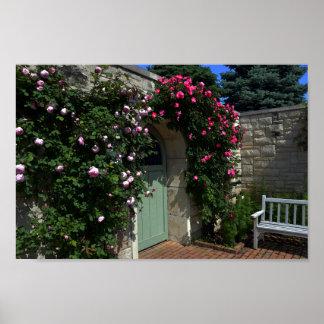Puerta de jardín verde con el banco póster