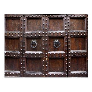 Puerta de madera antigua en Florencia Postales