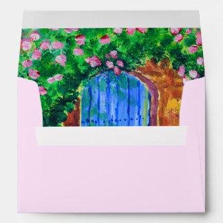 Puerta de madera azul preciosa a la rosaleda sobres