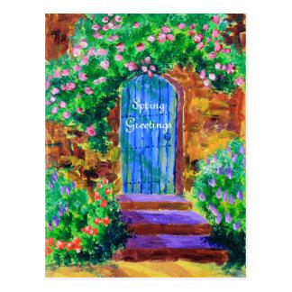 Puerta de madera azul preciosa a la rosaleda postal