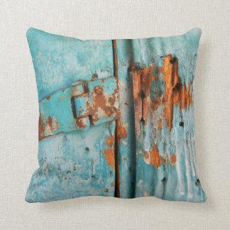 Puerta de madera azul vieja con el cierre aherrumb almohadas