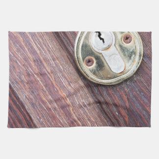 Puerta de madera con un latón del ojo de la toallas de mano