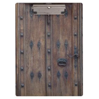 Puerta de madera española vieja con los pernos