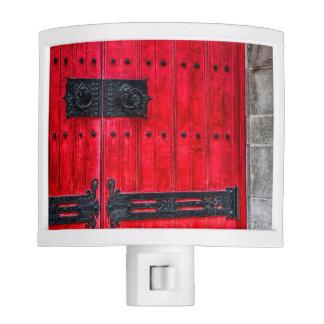 Puerta de madera rústica roja magnífica luces de noche