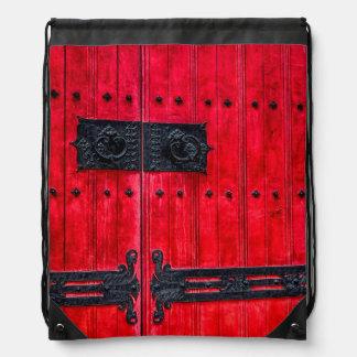 Puerta de madera rústica roja magnífica mochilas