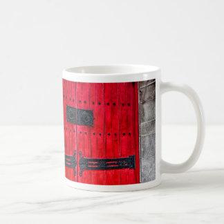 Puerta de madera rústica roja magnífica taza básica blanca