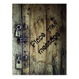Puerta de madera vieja con los candados postales