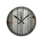 Puerta de madera vieja en una pared de piedra reloj de pared