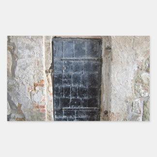 Puerta del metal del vintage en una pared de rectangular altavoz