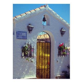 Puerta española roja del estilo, flores de Marbell Tarjeta Postal