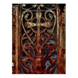 Puerta gótica aherrumbrada de la cripta postal
