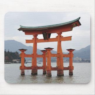 Puerta histórica en la bahía de Miyajima, Japón Alfombrilla De Raton