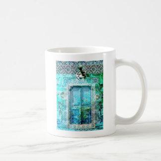 Puerta italiana romántica del renacimiento con taza de café