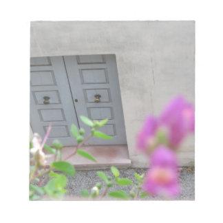 Puerta principal de madera cerrada blocs de notas